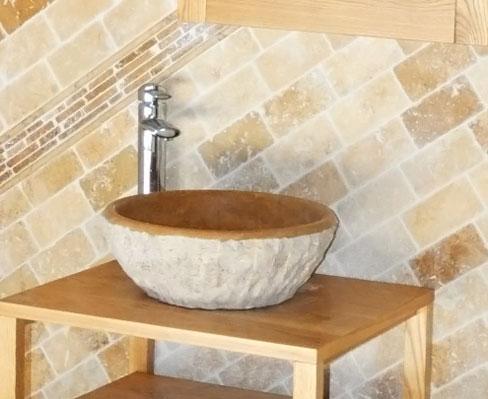 Vasque en travertin accessoires vasque carre travertin for Deco salle de bain pierre